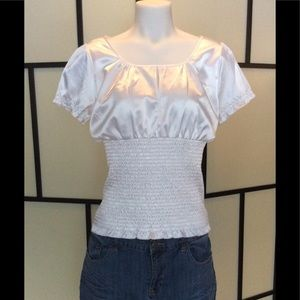 Flattering Guess white shortsleeved blouse sz M